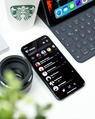 Platform yang menggunakan Mode Gelap   Kalau berbicara platform apa yang sudah menggunakan mode gelap. Mulai dari Android, iPhone, Laptop dan PC. Tentunya sudah banyak, memang meskipun tidak terdapat di semua tipe. Bahkan di berbagai aplikasi pun sudah banyak yang telah menambahkan mode gelap sebagai tampilan tambahannya, seperti facebook, instagram, twitter, youtube, bahkan baru saja beredar jika whatsapp juga akan meluncurkan tampilan mode gelapnya.
