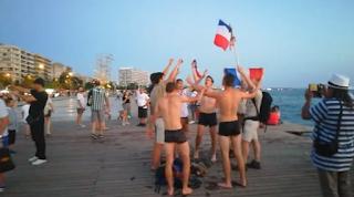 Γάλλοι βούτηξαν στο Θερμαϊκό πανηγυρίζοντας για το Μουντιάλ (Βίντεο)