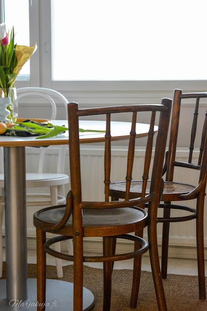 kirppis kirpputori kirppislöytö koti boheemi skandinaavinen persoonallinen kierrätys ikea keittiö pyöreä pöytä vanhat tuolit thon dejavu