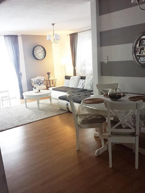 Metamorfoza salonu, biały salon, białe drewniane meble, witryna Hemnes Ikea,