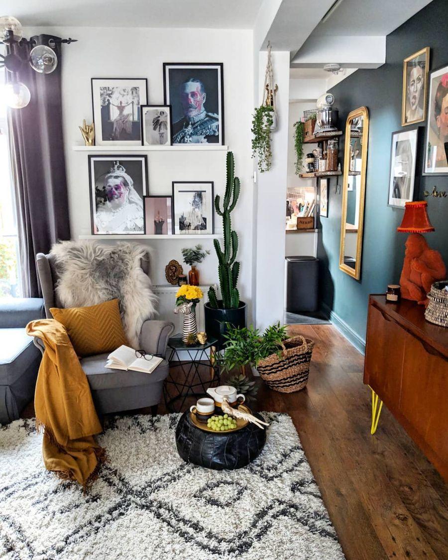Przytulne wnętrze z intensywnymi akcentami, wystrój wnętrz, wnętrza, urządzanie domu, dekoracje wnętrz, aranżacja wnętrz, inspiracje wnętrz,interior design , dom i wnętrze, aranżacja mieszkania, modne wnętrza, ciemna ściana, salon, jadalnia, otwarta przestrzeń, urban jungle, plakaty, living room,