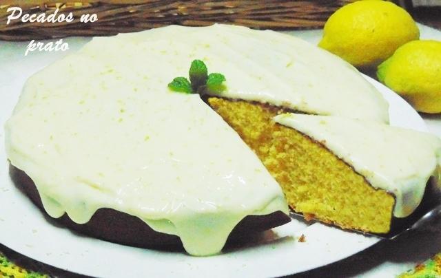 Bolo de limão com cobertura de leite condensado