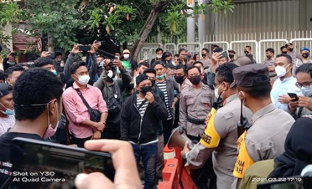 Ratusan Kader HMI Diadang Polisi Masuk Arena Kongres Surabaya