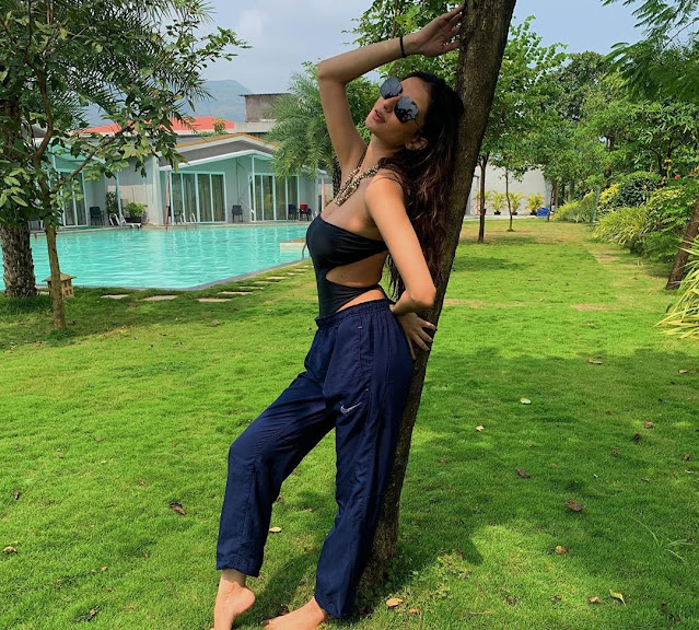 shweta-tiwar flaunts her figure in black monokini - newsdezire