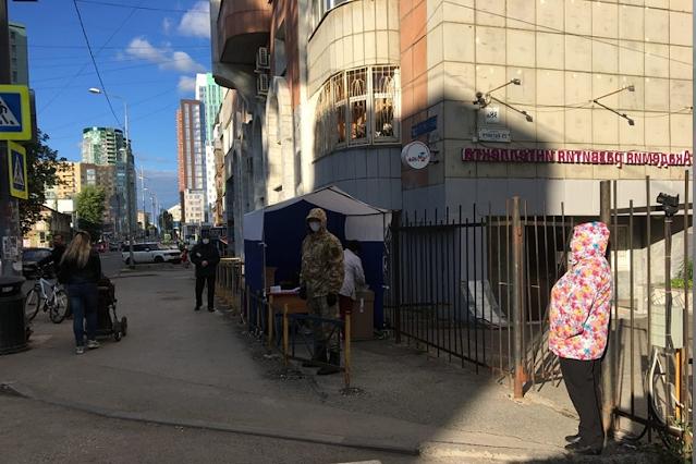 Пермь отличилась и таким избирательным участком – столик посреди пустынной улицы