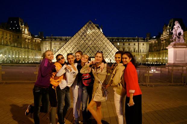 Vinerstan Dancing In Front Of Louvre