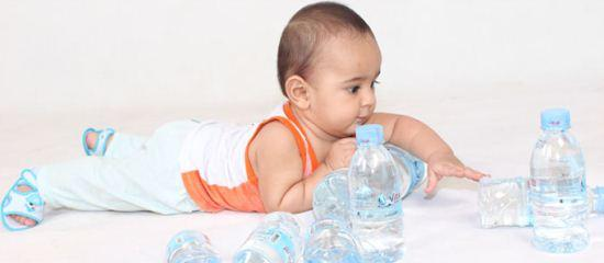 Bayi dan botol minuman mineral