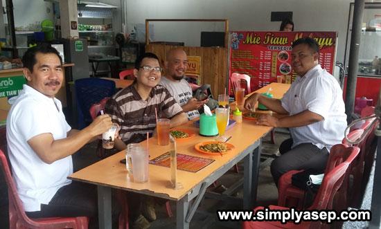 SANTAI :  Blogger yang diundang (Sebagian lagi belum datang saat foto ini diambil) bersantai sejenak dengan sang Tukang Masak Yul Trippy (21/6). Foto Asep Haryono