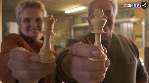 Brigitte Roz et Patrick Bruchon ne sont pas des champions de jeu d'échecs, mais Patrick est l'un des derniers fabricants de pièces d'échecs dans l'Hexagone