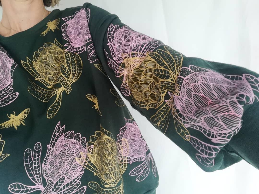 En la imagen poleron Protea de algodón con estampado en serigrafía