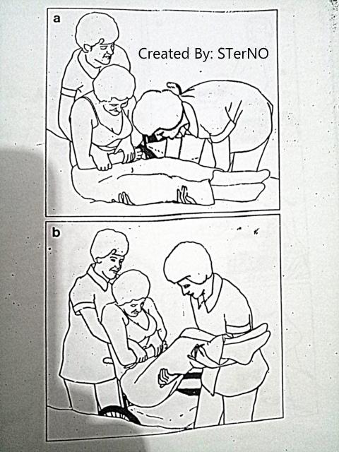 cara mengangkat pasien ke kursi roda dengan cara yang benar