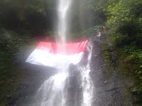 Keren! Warga Kibarkan Merah Putih di Air Terjun Way Tayas Lamsel