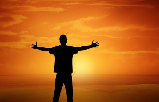 pessoa-de-bracos-abertos-ao-por-do-sol