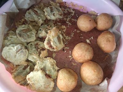 "Kue kumbu (isi kacang hijau) dan Roti Goreng di Warung ""Makwo Ita"" (dokumentasi Pribadi zaldychan)"