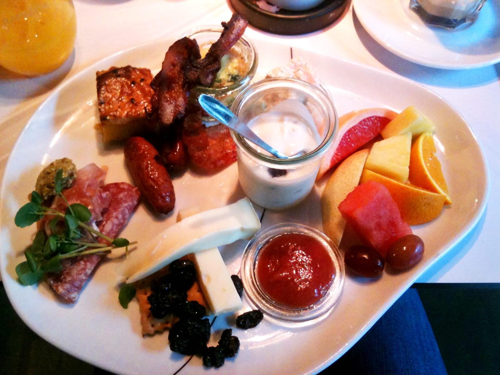 brunch, amerikanske pandekager, æg, bacon, morgenmad, frugt, cafe nørreport, københavn