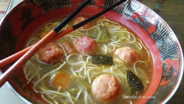 Sopa de pollo China y almóndigas