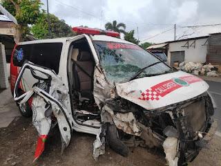 Baru Antar Jenazah Ke Banyuwangi, Mobil Ambulans Trenggalek Menabrak Pohon