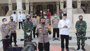 Kapolda Banten Didampingi Danrem 052/Wijaya Krama Tinjau simulasi pelaksanaan ibadah sesuai  Protokol Kesehatan
