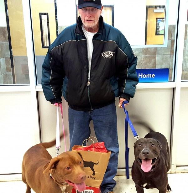 Veterano se entera que finalmente se reunirá con sus perros