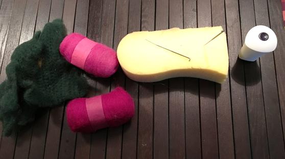 Neulahuovutustarvikkeita pöydällä