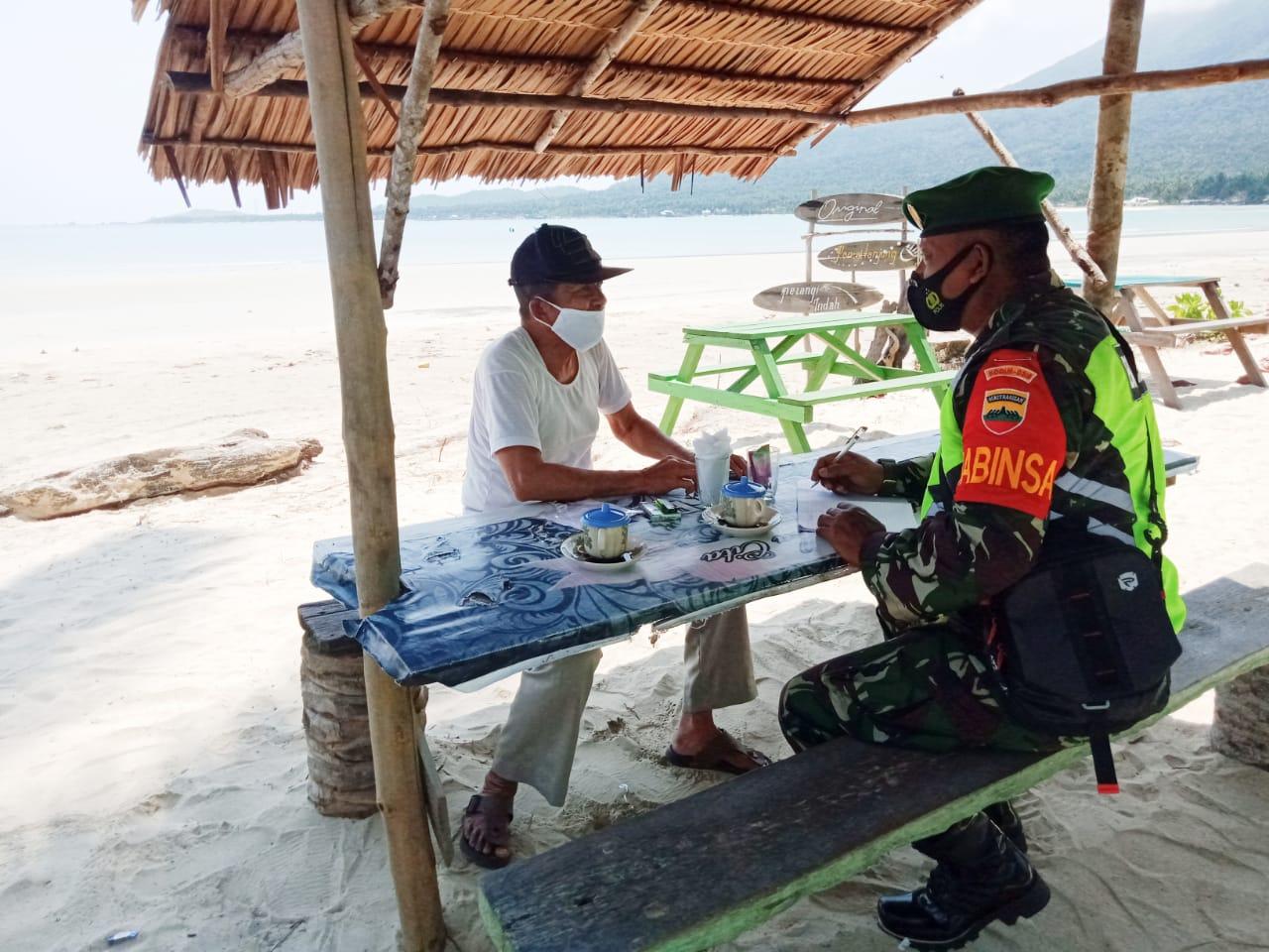 Pererat Silaturahmi, Babinsa Yudi Teguh Lakukan Komsos Dengan Warga Pantai Desa Tanjung