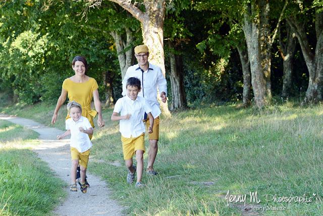 séance famille en extérieur parents qui courrent avec leurs enfants