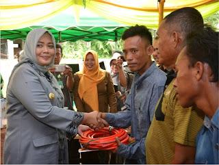Diserahkan, Bantuan Kepada Kelompok IKM dan UMKM