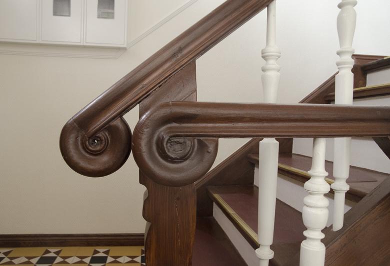 odnowione oczyszczone drewno na klatce schodowej