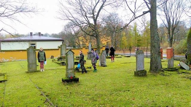 sprzątnie grobów przez harcerzy