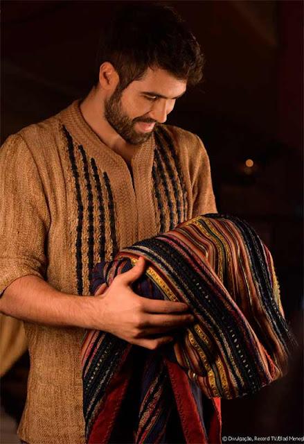 José segurando sua túnica