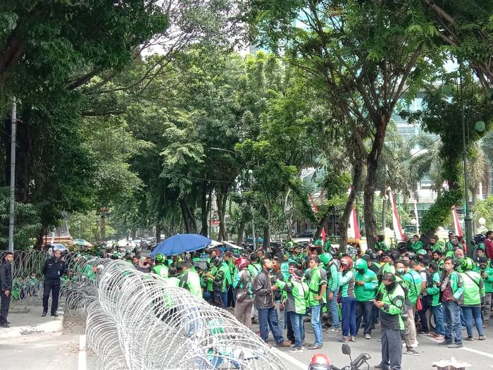 Pengemudi Ojol Demo di Depan DPRD Medan, Arus Lalu Lintas Macet