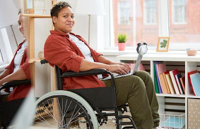 Penyakit paraplegia adalah kondisi yang mempengaruhi keadaan tungkai kaki pada tubuh manusia. Kondisi ini akan memberikan efek yang tidak baik pada penderitanya, yang salah satunya adalah akan terganggu dalam melakukan aktivitas keseharian yang akan dilakukan.  Hal ini disebabkan oleh beberapa penyebab yang tentunya akan dibahas di dalam artikel ini, untuk mengetahui lebih lanjut dalam membaca bahasan dari penyakit paraplegia pada tubuh manusia. Silahkan di simak dan baca dengan yang telah tersaji di bawah ini.     Penyakit Paraplegia Pada Tubuh Manusia  Pataplegia merupakan sebuah kondisi ini yang mempengaruhi keadaan dari bagian tubuh manusia atau yang lebih tepatnya pada kedua tungkai kaki. Hal ini akan mengganggu aktivitas keseharian yang akan dilakukan oleh penderitnya. Hal ini bisa terjadi dikarenakan oleh beberapa penyabab yang salah satunya adalah multiple sclerosis.  Maka dari itu penting untuk mengenali dan mengerti mengenai keadaan ini, supaya di dalam keseharian tetap melakukan pola hidup sehat dengan baik dan benar. Nah untuk mengetahui lebih lanjut dalam membaca bahasan penyakit ini, silahkan di simak dan ikuti dengan sebagai berikut ini :  1. Pengertian Paraplegia  Paraplegia adalah hilangnya kemampuan untuk menggerakkan anggota tubuh bagian bawah. Hal ini menyebabkan penderita tidak bisa menggerakkan otot-otot pada kedua tungkai kaki, dan terkadang panggul serta beberapa anggota tubuh bagian bawah lainnya.  Pada umunya, kelumpuhan tersebut terjadi akibat adanya gangguan di bagian sistem saraf yang mengontrol otot-otot di area tersebut. Mayoritas penderita paraplegia menjalani aktivitas harian secara mandiri, akan tetapi dengan menggunakan alat bantu gerak.  Dikarenakan penderita kehilangan kontrol pada tubuh bagian bawah, paraplegia bisa menyebabkan munculnya beberapa komplikasi yang diantaranya sebagai berikut : Ulkus dekubitus (luka) Pembekuan atau penggumpulan darah (trombosis) Pneumonia (radang paru)  2. Jenis Paraplegia  Berdasarkan tingkat kepa
