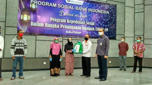 Penyerahan simbolis bantuan Bank Indonesia melalui Lazismu Jember ke penerima manfaat