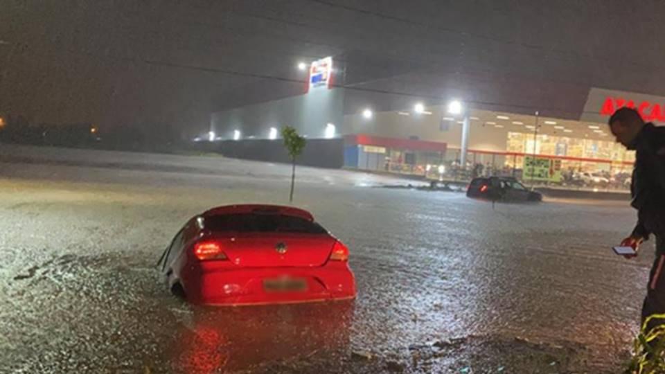 Vídeos: Em LEM-BA, temporal deixa avenidas alagadas e carros submersos