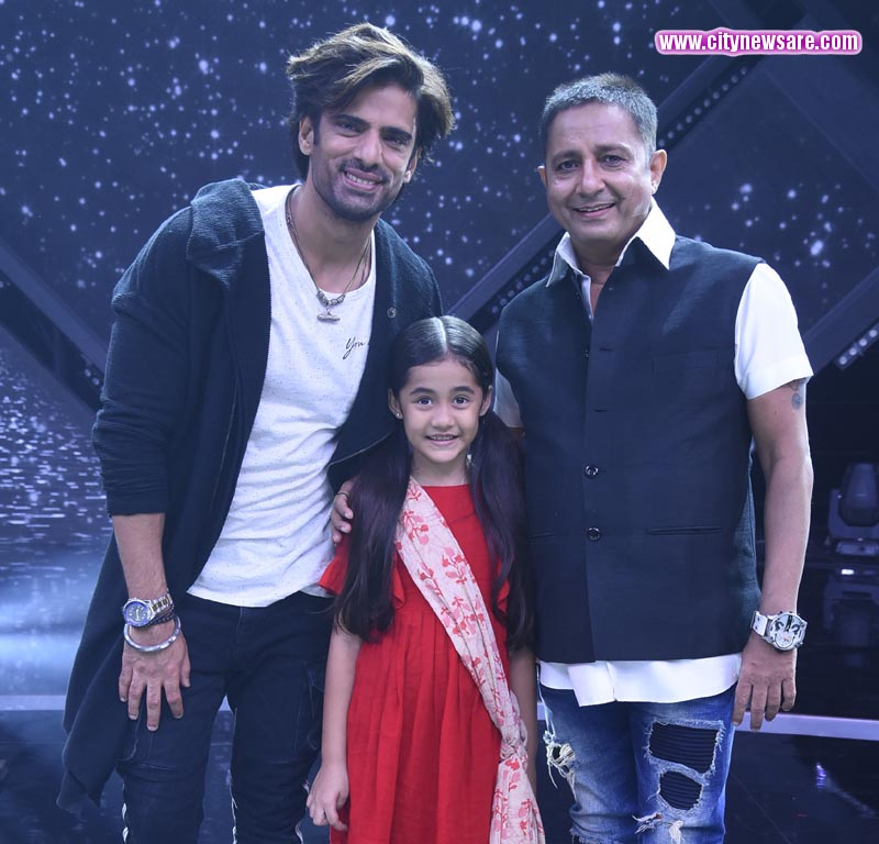 Mohit Malik as Sikander, Aakriti Sharma as Kullfi and Sukhwinder Singh on Kullfi Kumarr Bajewala