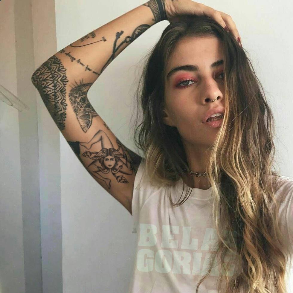Foto de una modelo de Belagoria.com luciendo tatuaje de trinacria siciliana