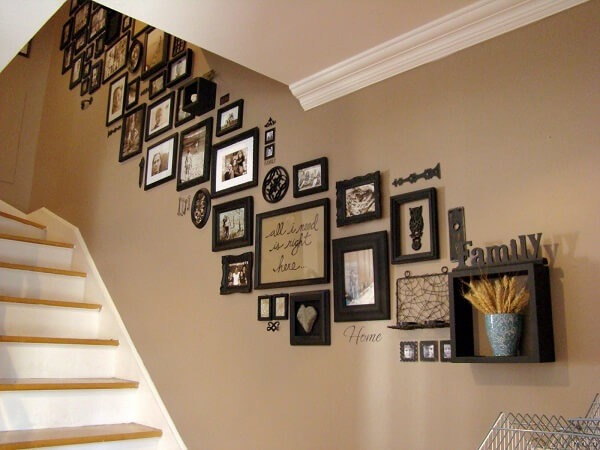 Bet on a photo frame in the stairway environment