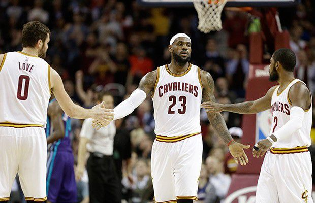 Big three des Cleveland Cavaliers réunis check dans un match NBA