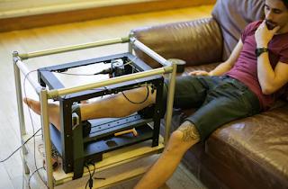 maquina tatuando pierna