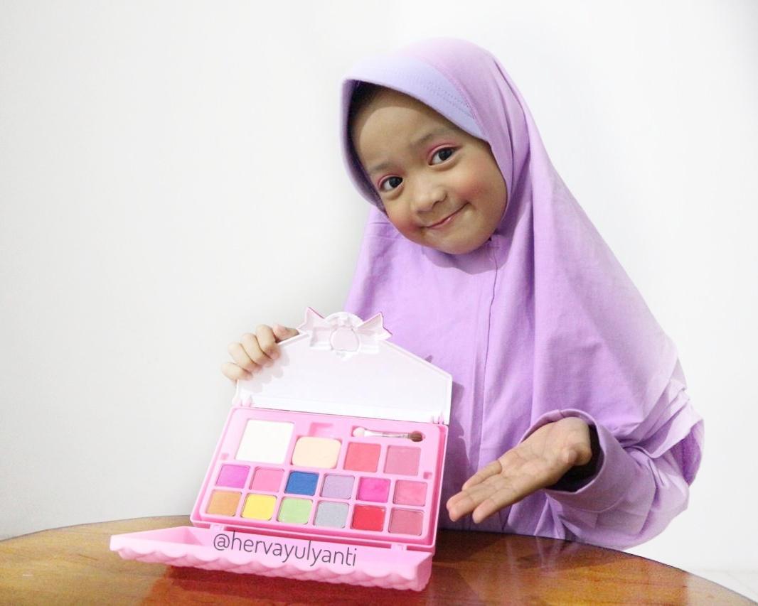 Rekomendasi make up yang aman untuk anak kecil