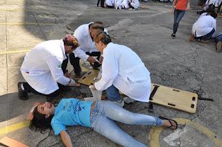 """""""Grande Acidente"""" no UNIFESO: tradicional atividade de boas-vindas testou os futuros médicos com a simulação de um ataque terrorista"""