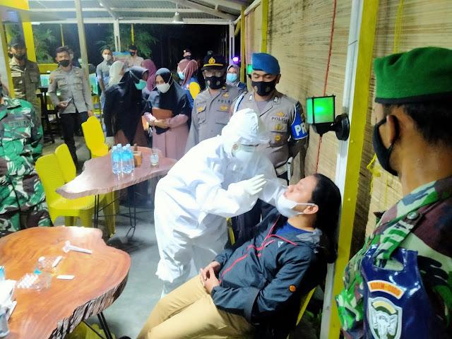Melanggar Prokes, Lapak PKL Di Seputaran Lapangan TU Ditutup Sementara Oleh Tim Satgas Covid - 19 Aceh Barat