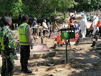 *Anggota Polsek Sampung Polres Ponorogo Laksanakan Pengamanan Pemakaman Jenazah Terkonfirmasi Virus Covid 19*