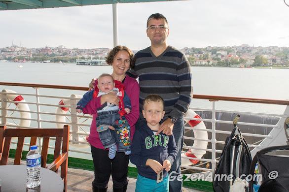 Fenerbahçe vapurundaki cafede ailecek deniz havası alıyorken, Rahmi M. Koç Müzesi İstanbul