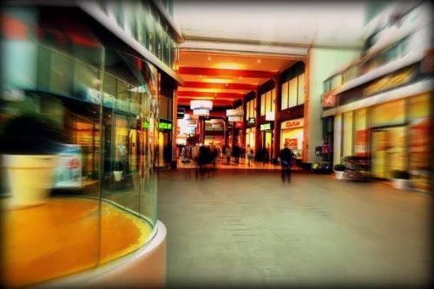 سلوك مشين لشابين في مركز تجاري بالسعودية يثير انتقادات واسعة...فيديو