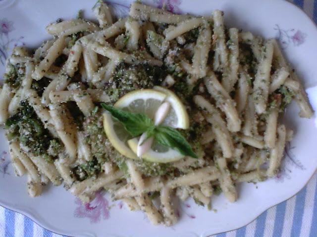 http://cresciutiapastasciutta.blogspot.it/2013/08/pasta-uovo-di-pesce-e-broccoletti.html