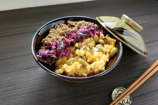 最後に刻んでおいたしば漬けを鶏そぼろと炒り卵の境目に盛り付けて完成です。