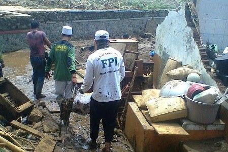 Luput Dari Pemberitaan Media, FPI Bantu Korban Banjir Bandang Di Garut