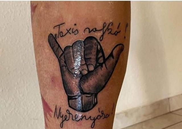 Egy hajdúszoboszlói taxisofőr magára tetováltatta Szappanos Tibi jellegzetes kéztartását és szavajárását