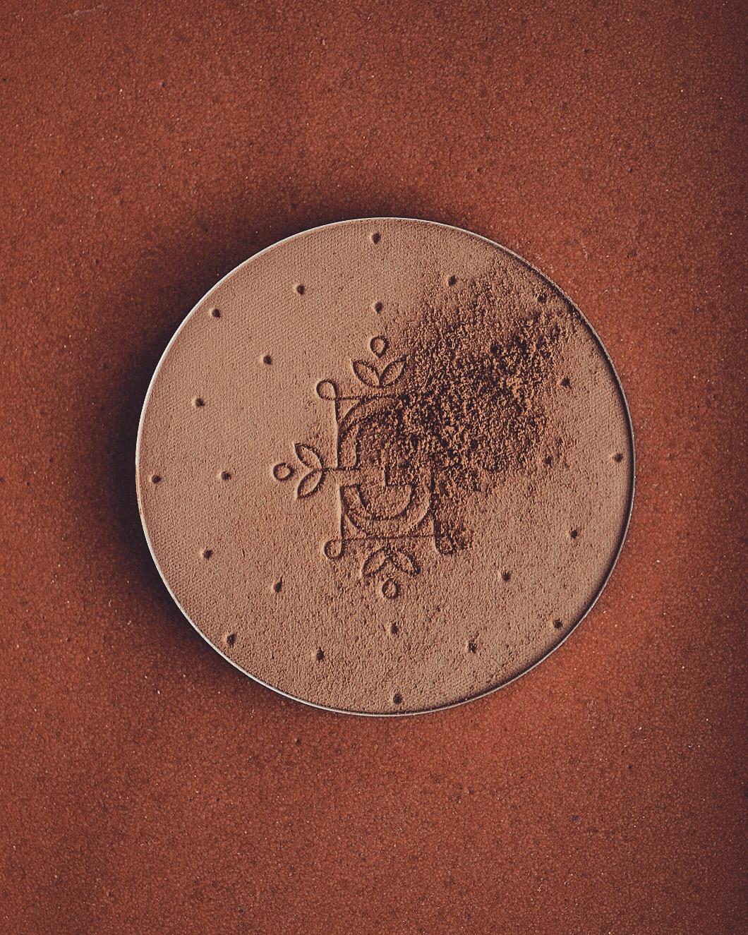 feerie celeste bewitched bronze bronzing and contouring powder puder brązujący kolory brązerów pixie cosmetics brązer naturalny brązer jak wygląda na skórze brązer nie zapycha porów 110 ancient amber brązer dla bladej skóry
